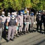 Policías listos para trabajar en el toque de queda impuesto por el coronavirus.