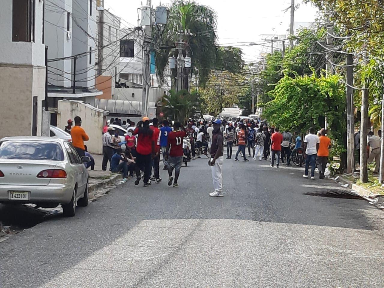 Video: Ciudadanos se concentran frente a Embajada de Haití