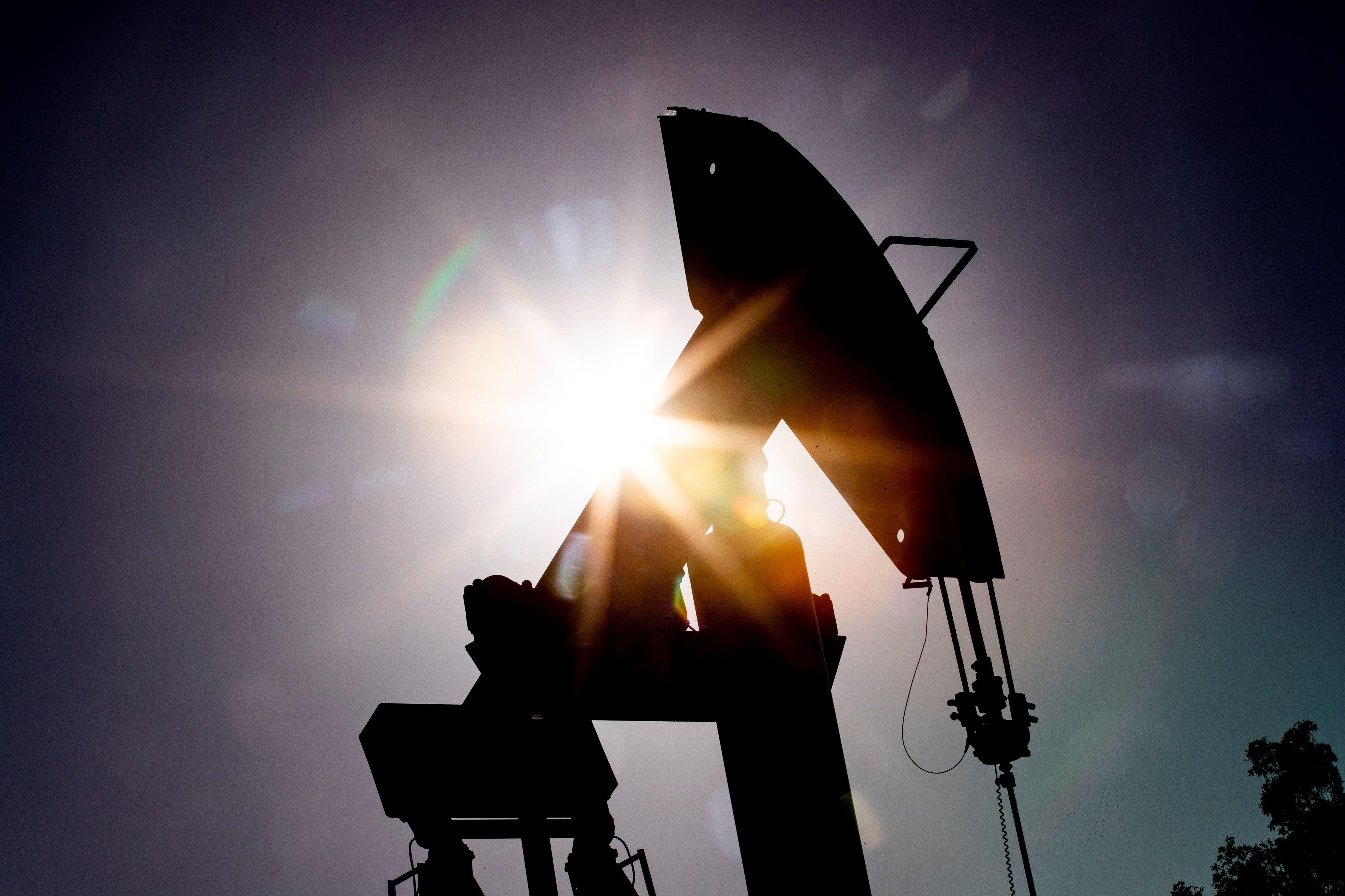 Petróleo de Texas baja un 3.4% en una jornada volátil
