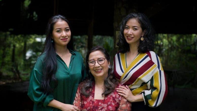 Sita Tyasutami (izquierda), Maria Darmaningsih (centro) y Ratri Anindyajati (derecha) dicen que la covid-19 cambió sus vidas para siempre.