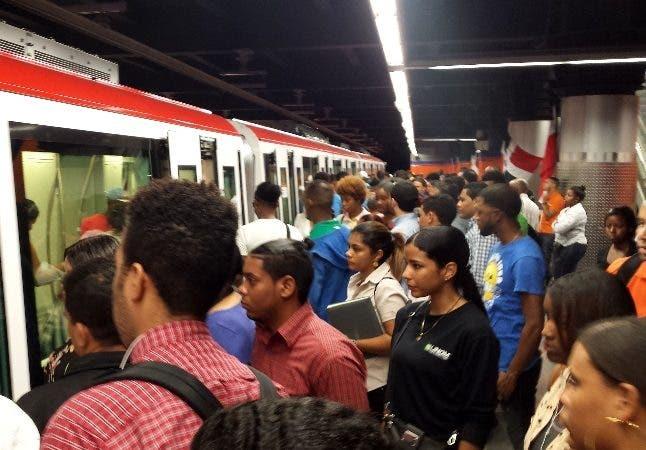 Recorrido por las diferentes parada del metro de santo domingo en la famosa hora pico mirando un masivo de pasajeros que usan el metro de Santo Domingo en la línea uno y la dos en foto : los pasajeros del metro HOY Duany Nuñez 14-8-2019