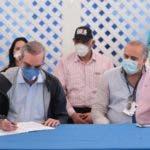 Abinader firma acuerdo con dirigentes de Nagua para construir Malecón, ganadas las eleccionesfuente Externa/24/05/2020.