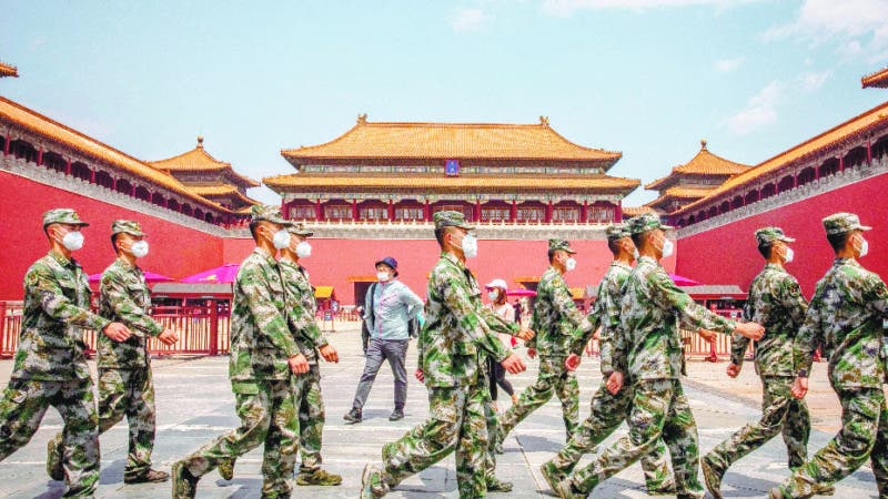 Beijing (China), 22/05/2020.- Chinese People's Liberation Army (PLA) soldiers wearing protective face masks march past tourists standing at the entrance to the Forbidden City on the first day of China'Äôs National People'Äôs Congress (NPC) in Beijing, China, 22 May 2020. China held the Chinese People's Political Consultative Conference (CPPCC) on 21 May and the National People's Congress (NPC) on 22 May, after the two major political meetings initially planned to be held in March 2020 were postponed amid the ongoing coronavirus COVID-19 pandemic. EFE/EPA/ROMAN PILIPEY / POOL
