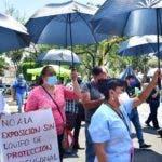"""AME2228. CIUDAD DE MÉXICO (MÉXICO), 25/05/2020.- Trabajadores del Instituto Nacional de Enfermedades Respiratorias (INER), son vistos durante una protesta este lunes a las afueras del hospital donde denunciaron no contar con el material de protección necesario para atender a pacientes con el coronavirus SARS-CoV-2 en Ciudad de México (México). """"No queremos reutilizar los cubrebocas, nos están pidiendo que les pongamos el número de trabajador antes de iniciar la labor para poderlo resguardar y llevarlo a protocolo de esterilización y volverlo a utilizar, pero nosotros no queremos reutilizarlo"""", dijo a Efe María Santiago, enfermera del INER. EFE/ Jorge Núñez"""