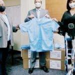 """La Embajada de los Estados Unidos en colaboración con la Fundación Moda por la Inclusión (FUNMODAIN) y la Asociación Dominicana de Diseñadores de Moda, entregaron al Servicio Nacional de Salud (SNS) más de 12,500 piezas de protección médica para dotar a varios hospitales dominicanos.   El Encargado de Negocios de la Embajada de los Estados Unidos, Shane Myers, expresó: """"Quiero agradecer a los representantes del Servicio Nacional de Salud por acogernos en sus instalaciones y recibir las prendas protectoras que entregamos hoy al sistema de salud dominicano.  Hoy/Fuente Externa 28/05/20"""