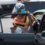 Una mujer con mascarilla de protección aborda un transporte colectivo, este lunes en Santo Domingo (República Dominicana). EFE.