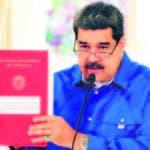 CORRIGE PAÍS EN LA GUIA EN LA SERIE DEL PRESIDENTE NICOLÁS MADURO AME9469. CARACAS (VENEZUELA), 12/05/2020.- Fotografía cedida por el Palacio de Miraflores donde se observa al presidente venezolano Nicolás Maduro durante la transmisión de un mensaje televisado este martes en Caracas (Venezuela). Maduro anunció este martes una segunda extensión al estado de alarma que arrancó el 13 de marzo y se mantendrá 30 días más hasta el 13 de junio, debido a la pandemia de COVID-19 que hasta ahora alcanza a 423 personas en el país, con solo 10 fallecidos. EFE/PALACIO DE MIRAFLORES SOLO USO EDITORIAL/NO VENTAS
