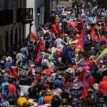 AME2116. QUITO (ECUADOR), 25/05/2020.- Ecuatorianos se toman las calles para protestar contra el Gobierno de Lenín Moreno este lunes, en Quito (Ecuador). Miles de ecuatorianos han salido a las calles para protestar contra los despidos y las políticas de austeridad aplicadas por el Gobierno, en un desafío también a la amenaza de contagio del COVID-19 que ha cobrado la vida de más de 3.200 personas e infectado a más de 37.300 en el país. Protegidos con mascarillas y tratando de mantener una distancia de dos metros, los manifestantes han acusado al Gobierno de obligar a la población a salir a las calles a protestar contra las medidas aplicadas en medio de la pandemia. EFE/ Jose Jacome