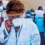 STO01. PUERTO PRÍNCIPE (HAITÍ), 27/03/2020.- Trabajadores de uno de los principales hospitales de Haití, el Bernard Mevs, se manfiestan este viernes por el secuestro del director del centro médico, Jerry Bitar, en Puerto Príncipe (Haití). Bitar fue secuestrado por hombres armados en Puerto Príncipe frente a su domicilio cuando se dirigía al hospital. A esta situación se ha sumado la crisis del coronavirus, enfermedad que ya ha llegado al país y de la que se han contagiado al menos siete personas, según el último balance oficial. EFE/ Jean Marc Herve Abelard