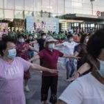 Beijing (China), 31/05/2020.- People wearing protective face masks gather to exercise outside a shopping mall amid coronavirus pandemic, in Beijing, China, 31 May 2020. EFE/EPA/WU HONG