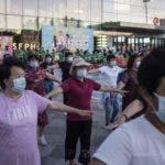 Beijing (China), 31/05/2020.- People wearing protective face masks gather to exercise outside a shopping mall amid coronavirus pandemic, in Beijing, China, 31 May 2020. EFE/EPA/WU HONG