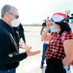 """El deseo que más anhelaba la dominicana Isabela Tejada, quien padece de cáncer de mama y estaba varada en Chile, era regresar asu querida """"Quisqueya la bella"""" para estar junto a su familia, y este lunes por fin pudo convertir ese sueño en realidad, gracias al corazón solidario del candidato presidencial del Partido de la Liberación Dominicana (PLD), Gonzalo Castillo, quien personalmente se encargó de su retorno, la recibió, y procuró que llegara con la debida comodidad por su delicado estado de salud. Junto a Isabela, también regresaron ocho dominicanos más aquejados de salud.  Hoy/Fuente Externa 25/05/20"""