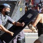 AME3449. SÃO PAULO (BRASIL), 31/05/2020.- Partidarios y detractores del presidente brasileño, Jair Bolsonaro, se enfrentaron este domingo en medio de unas violentas protestas que dejaron varios heridos en Sao Pablo (Brasil). Grupos partidarios y detractores del presidente brasileño, Jair Bolsonaro, se enfrentaron este domingo en violentos disturbios que mezclaron las crisis política y sanitaria que vive Brasil, uno de los países más afectados por el COVID-19. EFE/Leo Barrilari