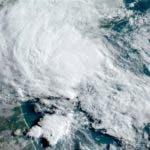 Esta imagen de satélite del miércoles 27 de mayo del 2020 muestra a la tormenta Bertha frente a las costas orientales de Estados Unidos. Foto cortesía de la Administración Nacional de Estudios Oceánicos y Atmosféricos. AP
