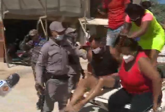 Video: Policía arresta a grupo de personas acudieron a playa de Boca Chica