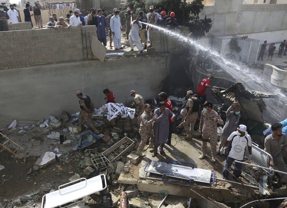 VIDEO: Más de 100 muertos al caer avión de pasajeros en Pakistán