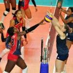 La dominicana Bethania de la Cruz en un ataque en un partido internacional de voleibol. Fuente externa.