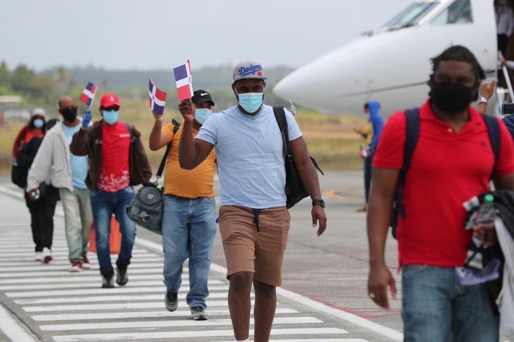 Llegan en aviones de Helidosa, empresa de Gonzalo Castillo 26 dominicanos que estaban varados en Bahamas