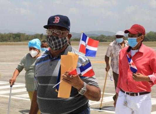 Llegan al país otros 11 dominicanos por gestión de Gonzalo Castillo