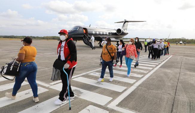 Otros 15 dominicanos llegan al país por gestión de Gonzalo Castillo