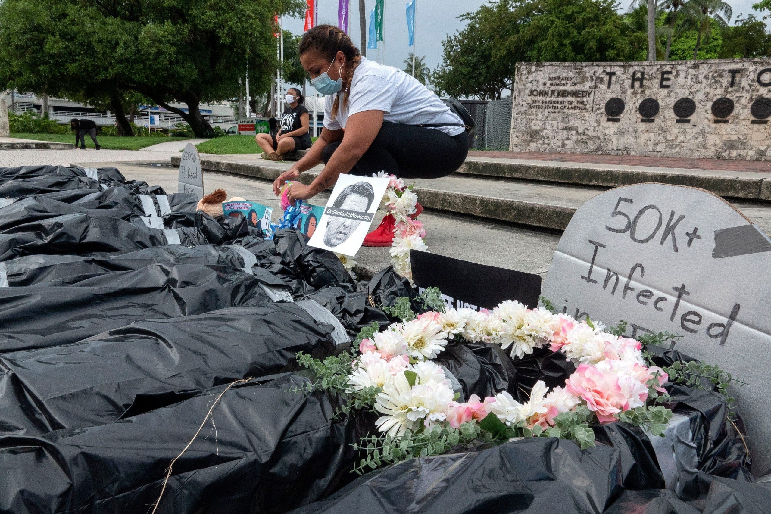 """Llevan simbólicos """"cadáveres"""" del COVID-19 a protesta por desempleo en EEUU"""