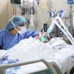 Enfermera con paciente con coronavirus