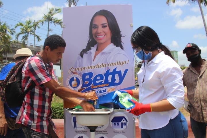 Betty Gerónimo instala lavamanos portátiles en Santo Domingo Norte