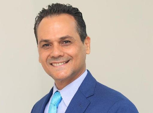 Candidato a senador Iván Silva entrega ayuda a estudiantes