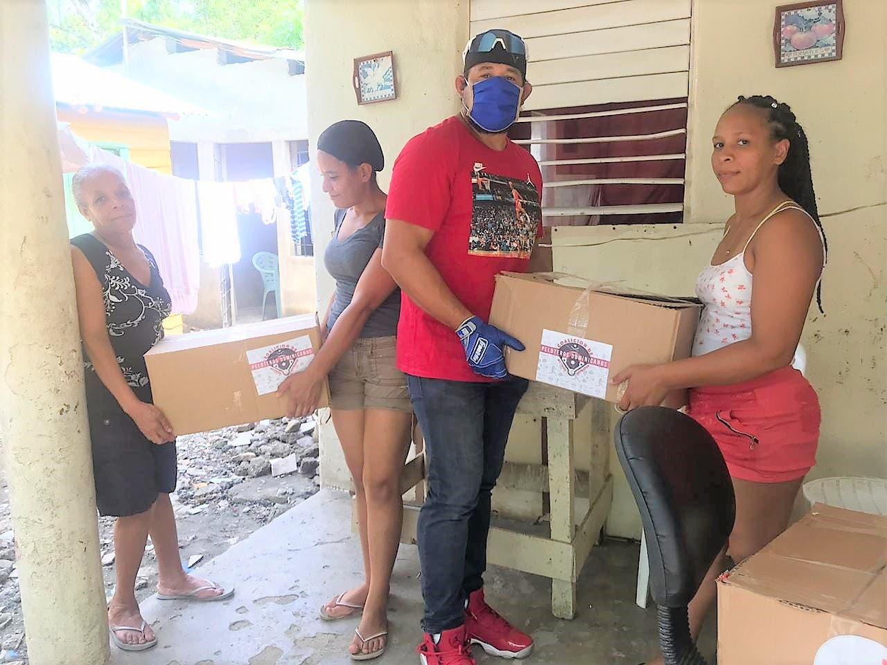 Coalición de peloteros entrega alimentos en Bonao