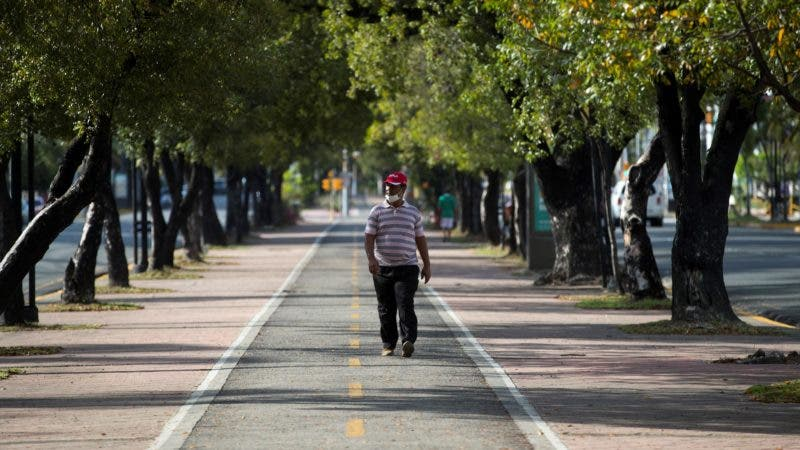 Un hombre camina por la Avenida Winston Churchill.