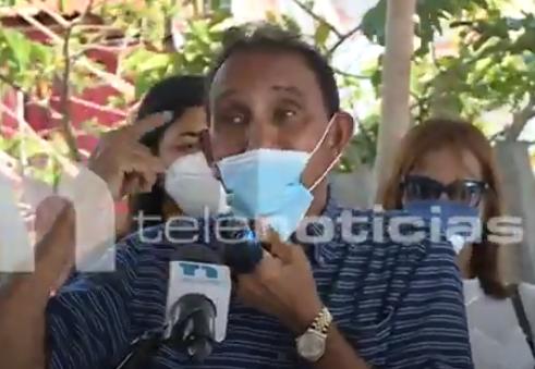 Video: Cruz Jiminián va en auxilio de joven con enfermedad en la piel