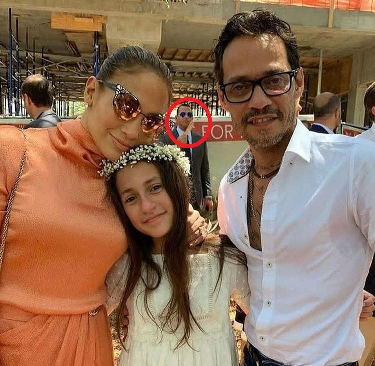 Bromean con fotos de Jennifer López y Marc Anthony donde Alex Rodríguez aparece detrás