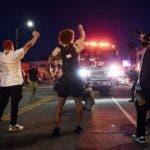 Manifestantes bloqueando el paso a un camión de bomberos de Los Ángeles, durante disturbios en Melrose Avenue, el sábado 30 de mayo de 2020 en Los Ángeles. (AP Foto/Chris Pizzello)
