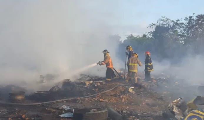 Video: incendio en depósito de chatarra de Caribe Tours
