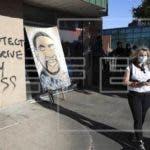 La gente ve una pintura de George Floyd durante el quinto día de protestas por el arresto de Floyd, quien murió en la custodia de un policía de Minneapolis, Minnesota, EEUU. EFE