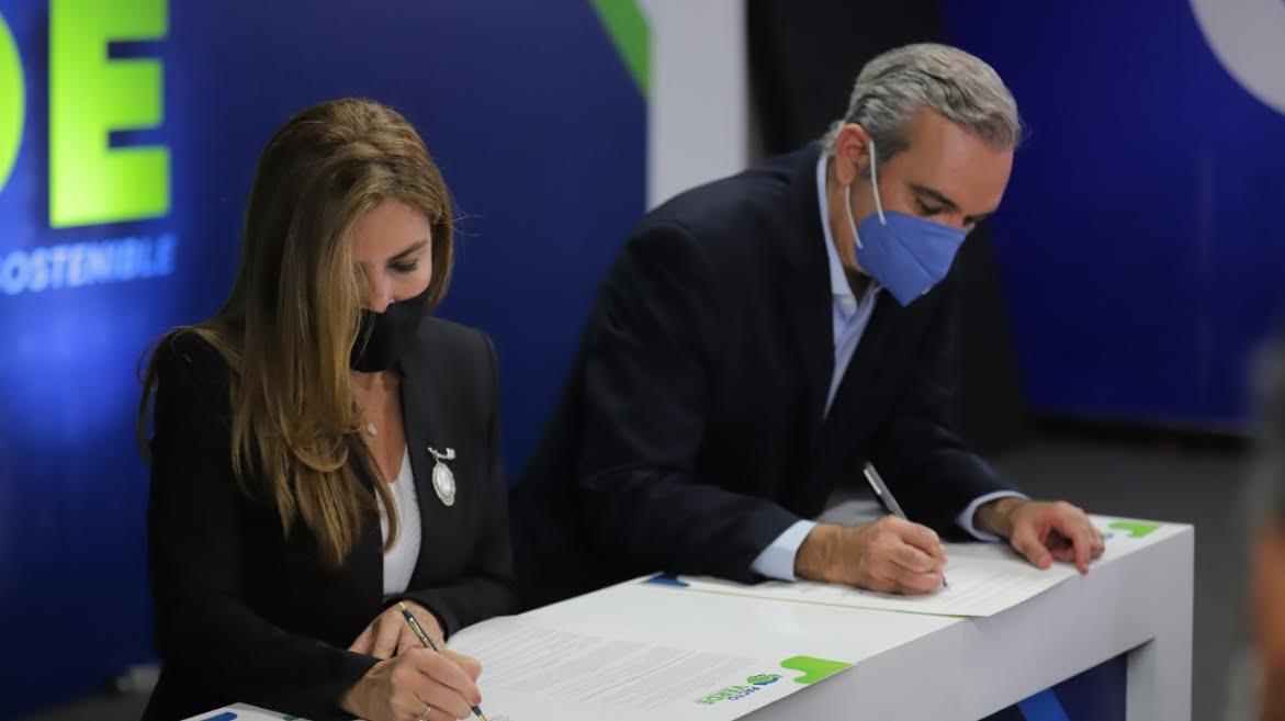 Luis Abinader firma junto a alcaldes del PRM el pacto verde