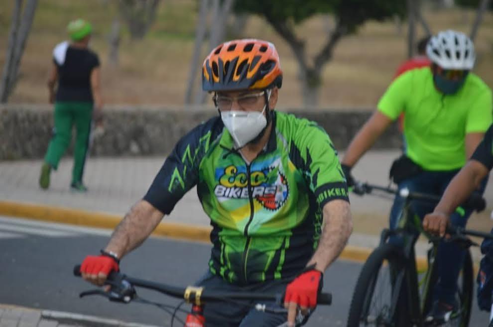 Otro alcalde se monta en bicicleta para promocionarla como medio de transporte