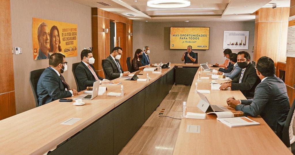Gonzalo Castillo presenta equipo económico que lo acompañaría en su gestión de gobierno