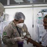 BRA01. MANAUS (BRASIL), 02/06/2020.-El indígena de la etnia Dessana, Antonio Vaz (d), de 79 años y paciente de COVID-19, recibe tratamiento este martes en el Hospital Municipal de Campanha Gilberto Novaes, en la ciudad de Manaus (Brasil). El estado brasileño de Amazonas, uno de los más golpeados por la pandemia en Brasil, cuenta con una unidad de atención médica para los indígenas contagiados por COVID-19. EFE/RAPHAEL ALVES