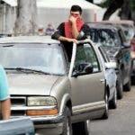 Conductores esperan horas para cargar gasolina en una estación de la petrolera estatal PDVSA en Caracas, Venezuela, el lunes 25 de mayo de 2020. (AP Foto/Matias Delacroix)