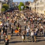 Miles de manifestantes marchan en Oakland, California, el lunes 1 de junio de 2020, en protesta por la muerte de George Floyd, fallecido el 25 de mayo en Minneapolis después de que un policía blanco le apretara el cuello con la rodilla cuando estaba esposado en el piso. AP