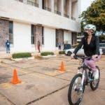 Carolina Mejía llegó al Ayuntamiento en bicicleta.