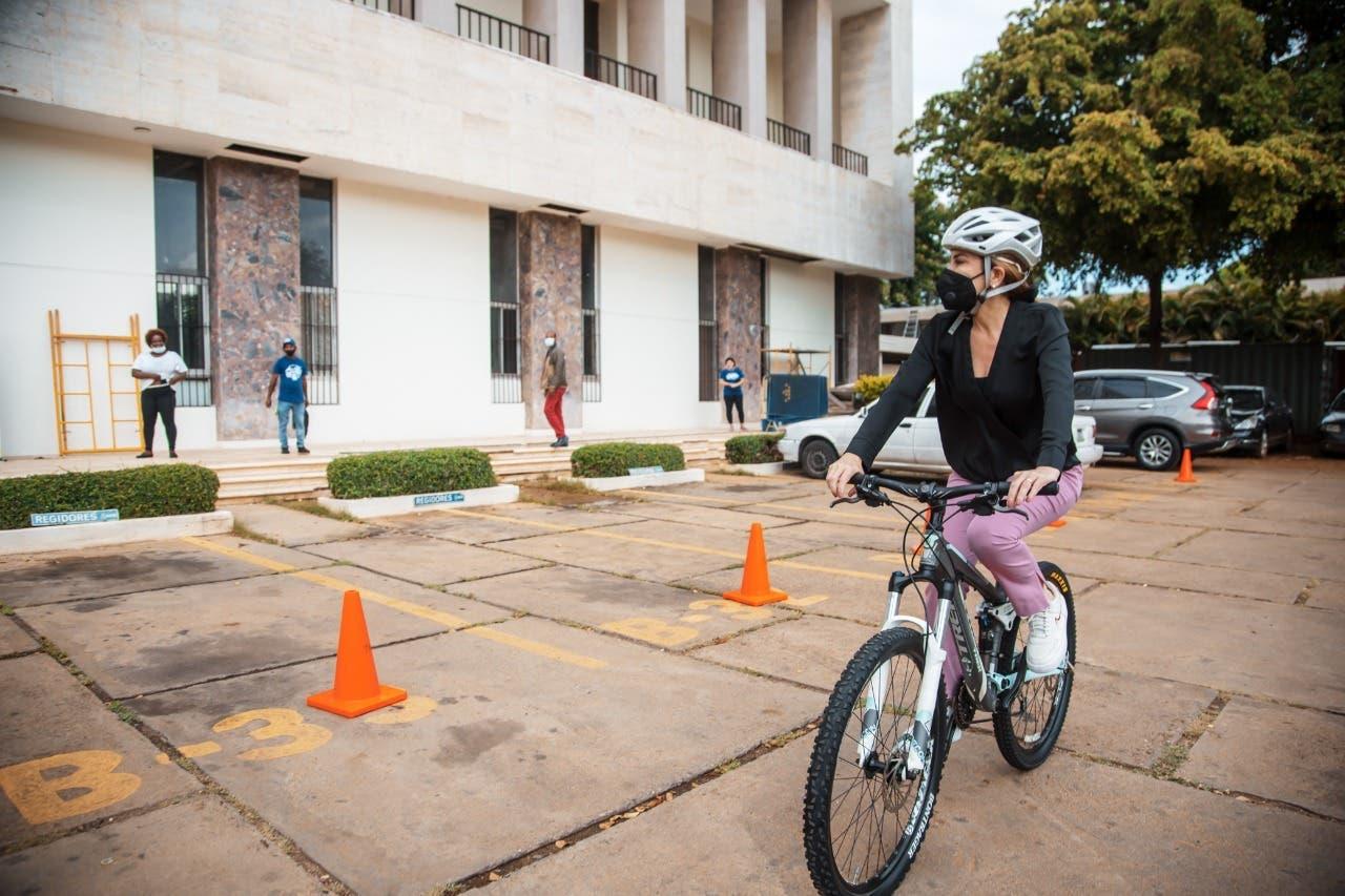 VIDEO: Carolina Mejía llega en bicicleta al Ayuntamiento, ¿y tú te animas a ir al trabajo así?