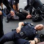 Un manifestante grita mientras es arrestado en una protesta por la muerte de George Floyd. EFE