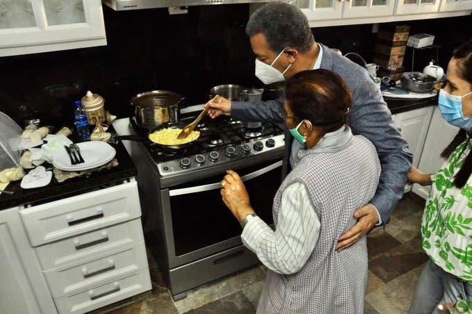 Leonel Fernández da a conocer su talento en la cocina