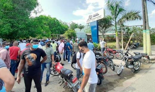 Trabajadores realizan piquete frente a empresa por no incluirlos en programa FASE