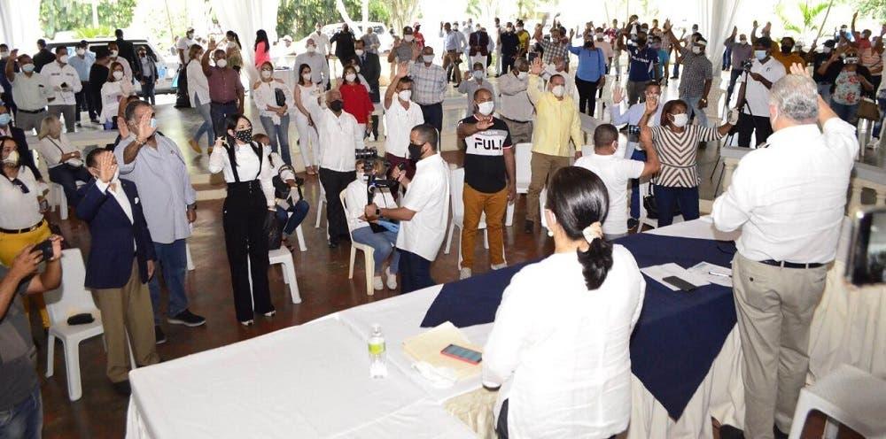 Miguel Vargas juramenta excandidatos y dirigentes de otros partidos y comandos de campaña en Santiago