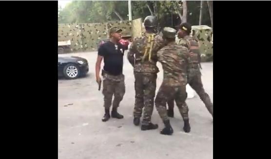 Video: Militares escenifican pelea pudo provocar tragedia; Ejército los cancela