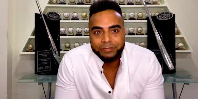 VIDEO: Nelson Cruz «rompe en llanto» tras ganar el Premio Humanitario Muhammad Ali