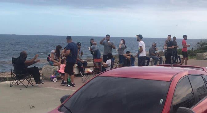 Miles juegan dominó, montan bicicletas y pasean niños en el malecón, sin uso de mascarillas por COVID-19